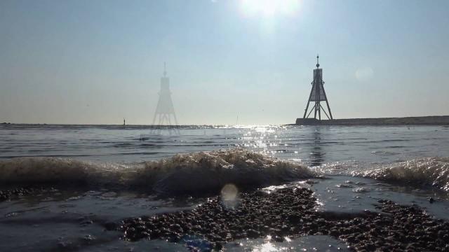 die flut kommt ueber das wattenm - Marienkäferplage Nordsee | Marienkäfer an der Kugelbake