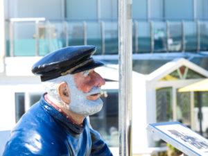 Duhner Reichstag in Cuxhaven-Duhnen mit Kuddel auf der Bank [ Bilder ]