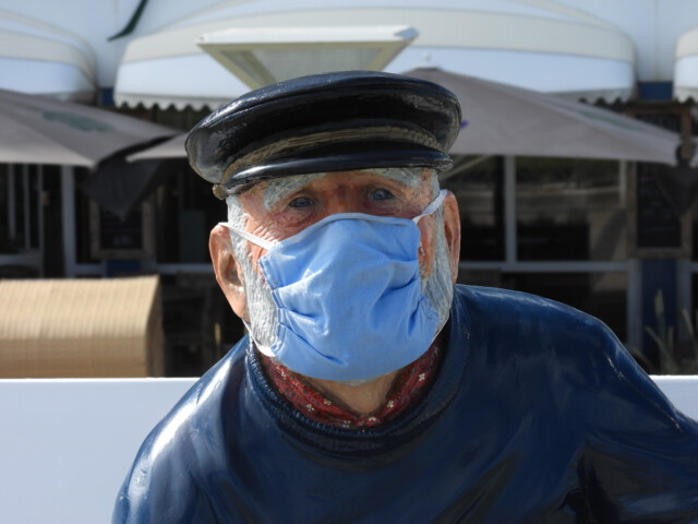 Kuddel vom Duhner Reichstag traegt jetzt Maske - Kuddel vom Duhner Reichstag blickt hinaus aufs Meer [ Video ]