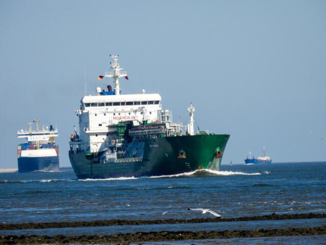 Schiffe gucken in Cuxhaven Altenbruch 14 - Große Schiffe vor Cuxhaven - Cuxhaven Schiffe gucken