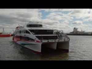 Halunder Jet der FRS Helgoline fährt in den Hafen von Cuxhaven