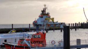 MS Neuwerk fährt aus dem Hafen – Küstenwache Neuwerk