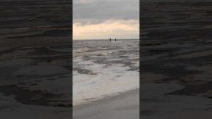 Untergehende Sonne am Meer Winter