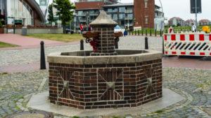 Liebesschlösser in Cuxhaven am historischen Brunnen