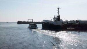 MS Jan Cux der Reederei Narg fährt los